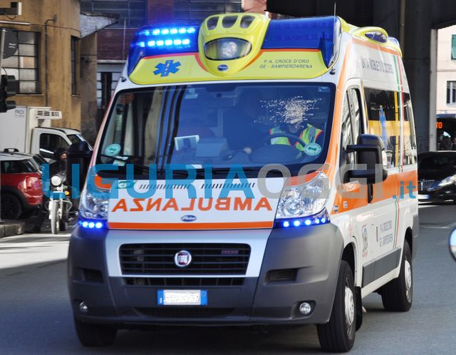 Incidente a Roma in via Colombo: ambulanza prende fuoco, un ferito