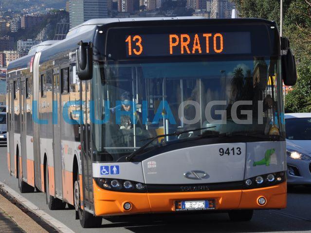 Staglieno, bus frena e cadono due persone. Trasportate in codice verde al Pronto Soccorso