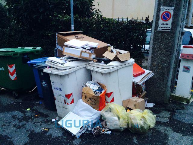 Genova – Emergenza spazzatura per i cassonetti strapieni