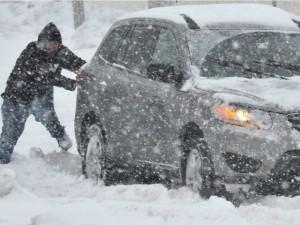 Famiglia bloccata in auto dalla neve sulla strada tra Monterosso e Vernazza