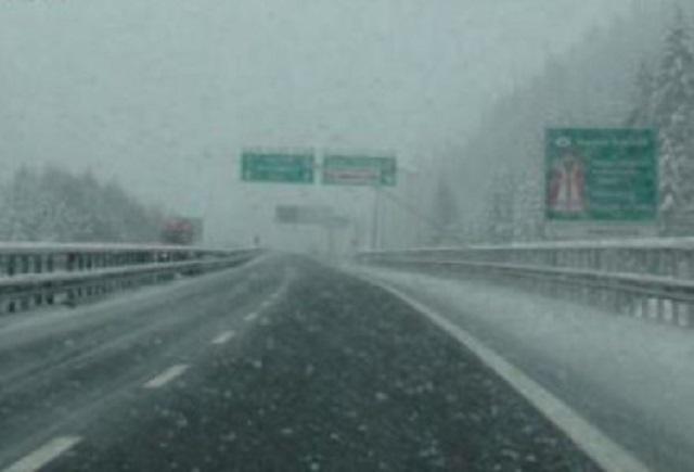 Neve in Liguria – Mezzi spargisale e spazzaneve in azione