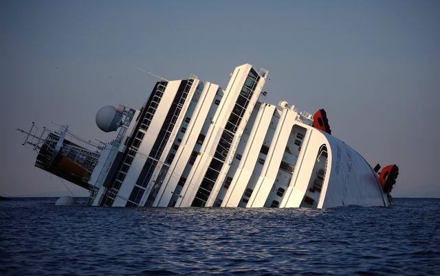 Costa Concordia si sposta per ultimo viaggio e il Porto di Genova si blocca