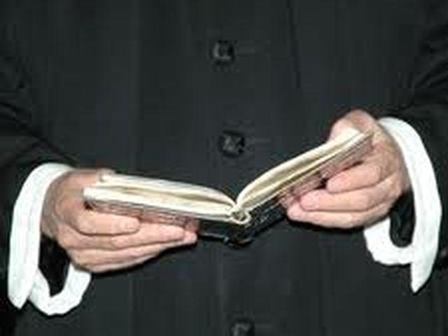 Arnasco, una petizione on line perchè il parroco venga allontanato