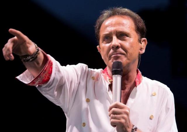 The Voice 2015 – Coach Roby Facchinetti cade dal palco: 2 fratture