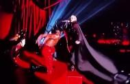Madonna cade dal palco ai Brit Awards - VIDEO