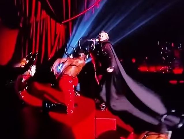 Madonna cade dal palco ai Brit Awards – VIDEO
