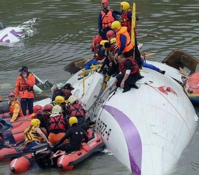Aereo precipita in un fiume a Taiwan, 8 morti
