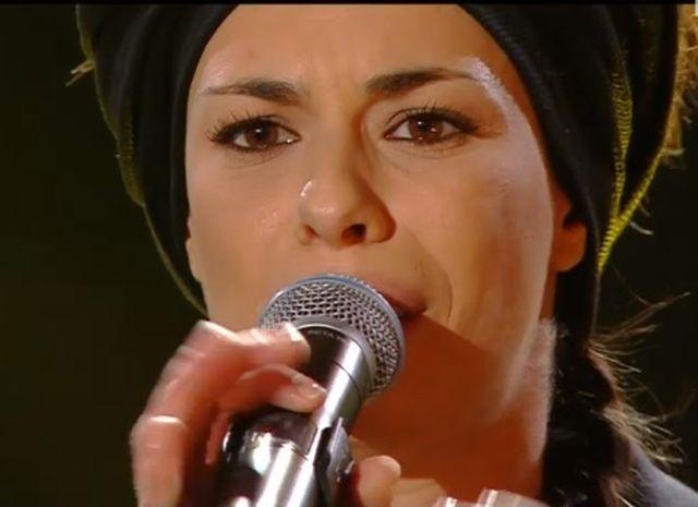 """Sanremo 2015 – Amara canta """"Credo"""" e passa il turno"""