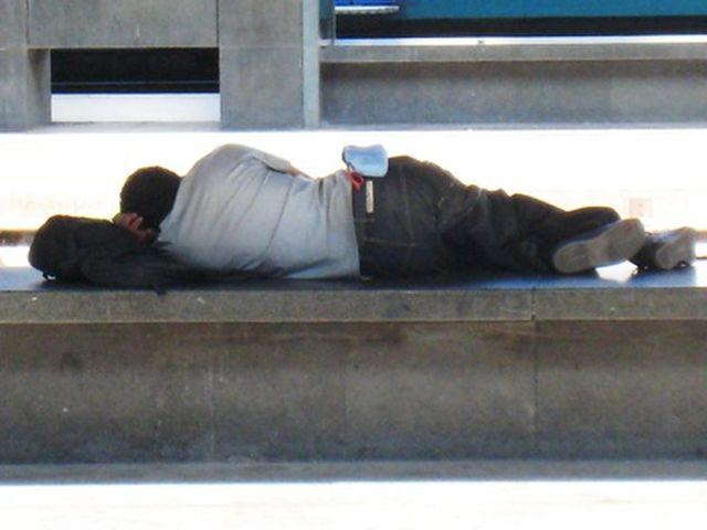 Genova - Una preghiera davanti al Teatro Carlo Felice per ricordare il clochard morto di freddo