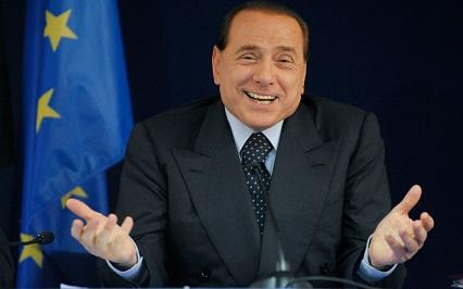 Incidente per Berlusconi: malleolo fratturato scendendo dall'auto