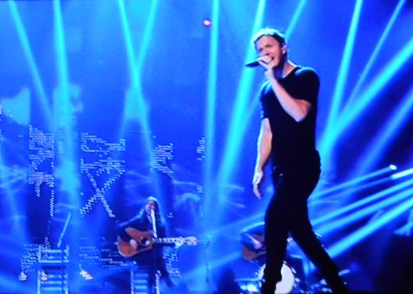 """Festival di Sanremo 2015 – Gaffe di Carlo Conti con gli Imagine Dragons: brano vecchio """"in anteprima"""""""