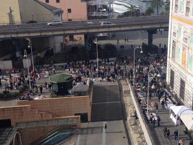 Genova – Mercato abusivo Via Turati: protestano anche ambulanti extracomunitari