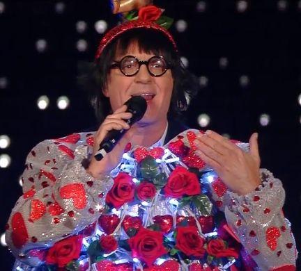 Sanremo, Panariello vestito da albero di Natale in stile Renato Zero