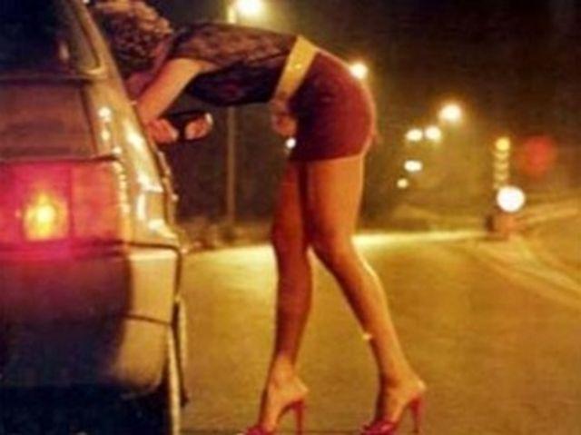 Prostituta mostra il lato B agli automobilisti, denunciata