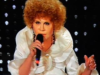 """Sanremo 2015 – Virginia Raffaele è un'Ornella Vanoni scatenata e """"ninfomane"""""""