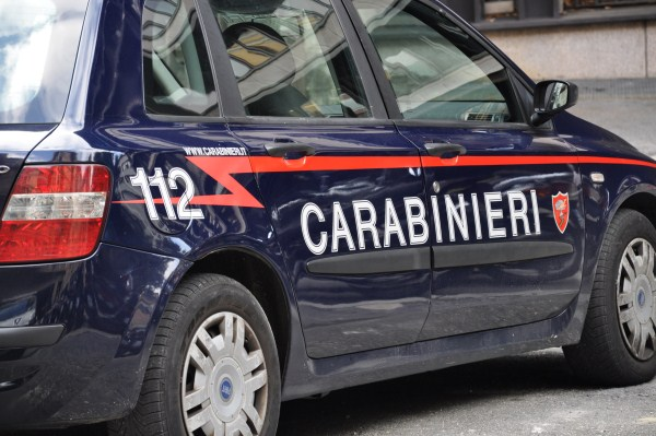 Prende a sprangate un crocifisso poi si barrica in un bar: arrestato