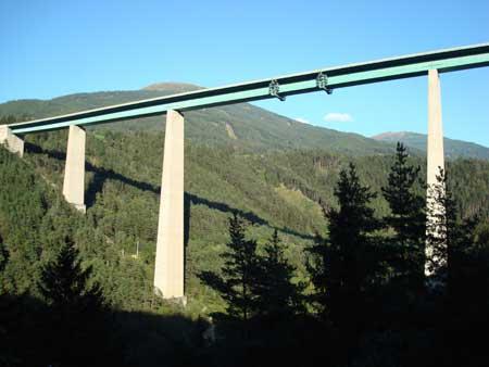 Tir delle Poste vola giù dal viadotto, morto conducente