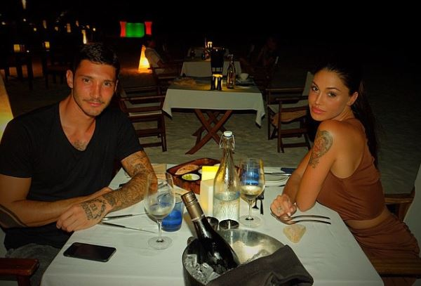 Gossip – Per Belen e Stefano pace e amore a Dubai, ma lui si sfoga su Facebook