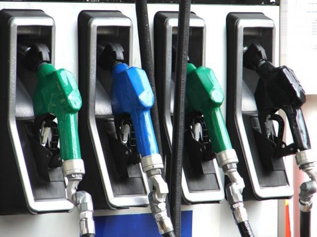 Cornigliano, fa benzina e riparte strappando la pistola del distributore