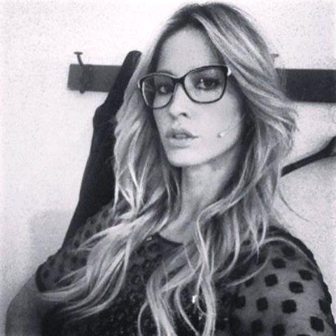 Elena Santarelli sculacciata alla stazione centrale di Milano