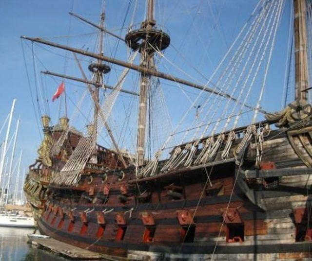 Genova – Sale ubriaco sul Galeone del Porto Antico e finisce in mare