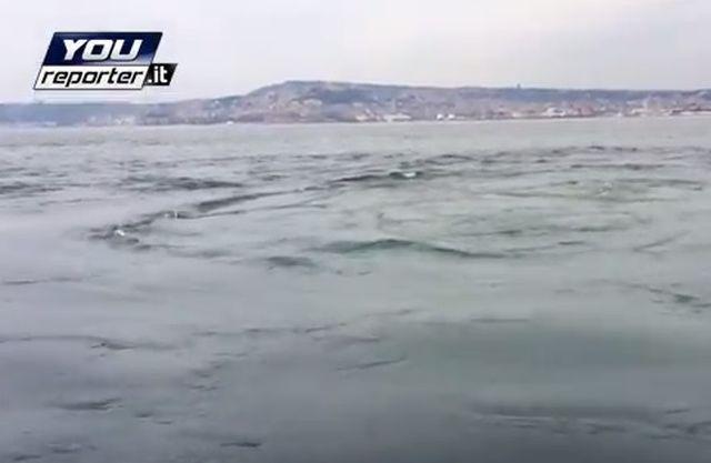Napoli – Emissioni di gas in mare. Attività vulcanica del Vesuvio – VIDEO