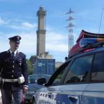 polizia genova agente con lanterna