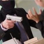 Genova - Rapina a Banca Carige di Piazza Manin: bandito intrappolato tra le porte