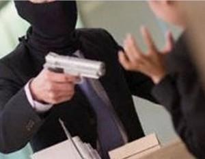 Bari, colpisce rapinatore con distributore di caramelle