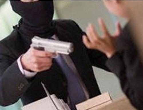 Ventimiglia, rapinatore entra in gioielleria e spara un colpo