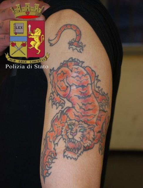 Genova – Picchia due ragazze che lo rifiutano, tradito dai tatuaggi