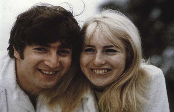 Cynthia Powell: prima moglie di John Lennon morta di cancro accanto al figlio Julian