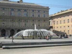 Lava la bicicletta nella fontana di De Ferrari, multato