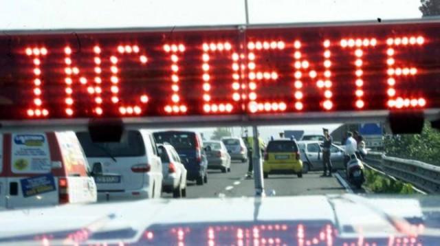 Albenga, auto in fiamme sulla A10. Traffico ancora congestionato