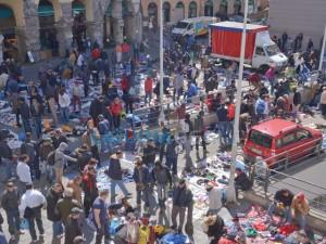 Mercatino abusivo, sgombero e proteste per spostamento in corso Quadrio