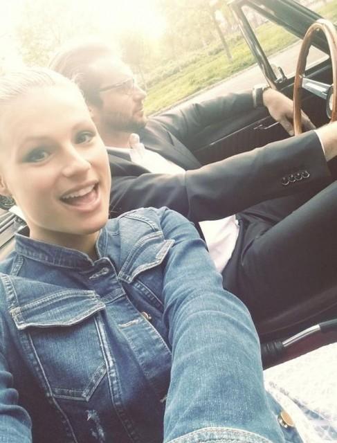 Michelle Hunziker saluta l'arrivo dell'estate con un selfie