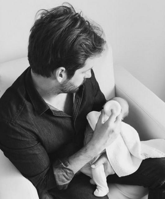 Michelle Hunziker pazza di gioia per papà Tomaso che allatta Celeste