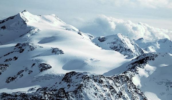 Aosta, alpinisti precipitano in crepaccio: illesi