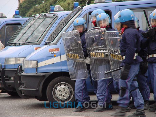 Comizio di Casa Pound a Genova, cariche e lacrimogeni sui manifestanti che tentano di avvicinarsi