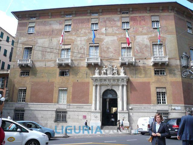 Genova, polizia provinciale protesta per esuberi