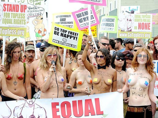 Venice Beach al voto per il topless in spiaggia