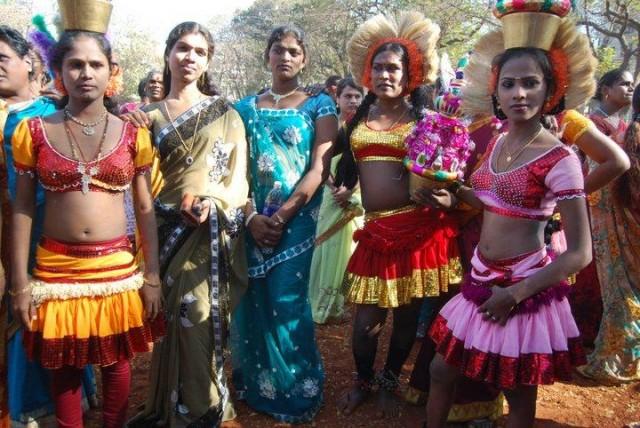Trans indiani minacciano spogliarello e bloccano rissa
