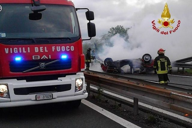 Incidente sull'autostrada A12, auto in fiamme