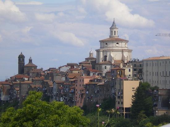 Roma – Giallo a Zagarolo: prete morto trovato in un noccioleto