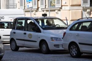 Genova, invasione di tassisti in piazza De Ferrari contro gli abusivi