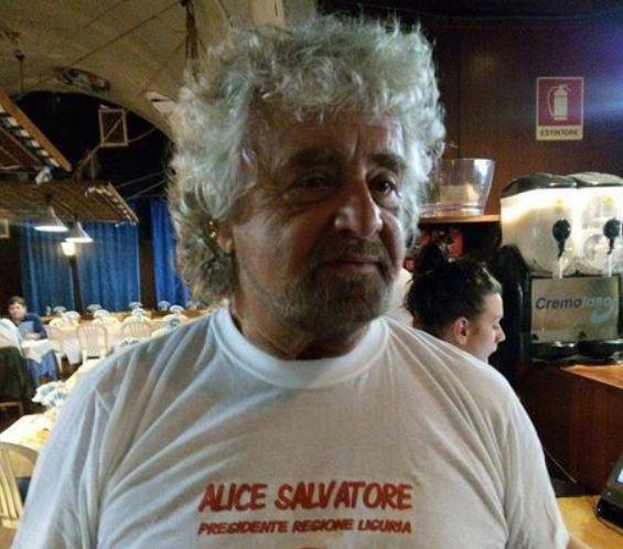Beppe Grillo cameriere per la cena di autofinanziamento a Genova