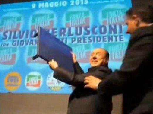 """Berlusconi a Genova per Toti, cade sul palco: """"Attentato della sinistra!"""""""