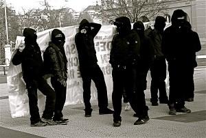 Arrestato black bloc a La Spezi, trovate bombe carta