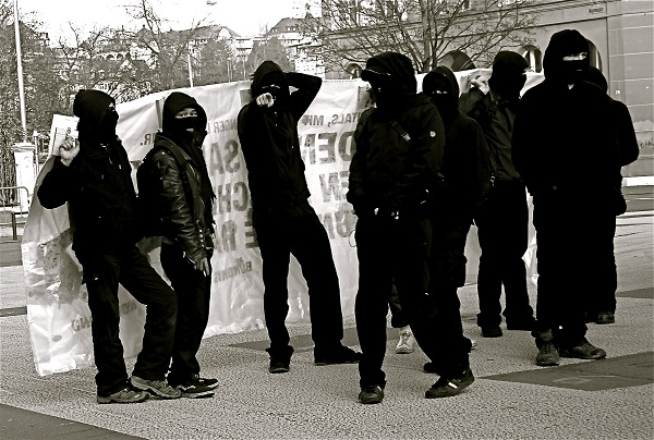 Arrestato black bloc a La Spezi, trovate bombe carta