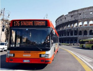 Roma, bus in fiamme in pieno centro: ustionata una commessa